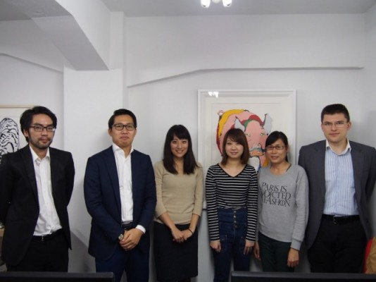 日本法人に勤務するスタッフ。 左から日本法人の代表取締役の岩根さん、中川さん、スイスの大学を卒業して新卒入社の葛西さん、香港出身Melieさん、ベトナム出身の Tramさん、ロシア出身のAlexさん。国際色なチーム。