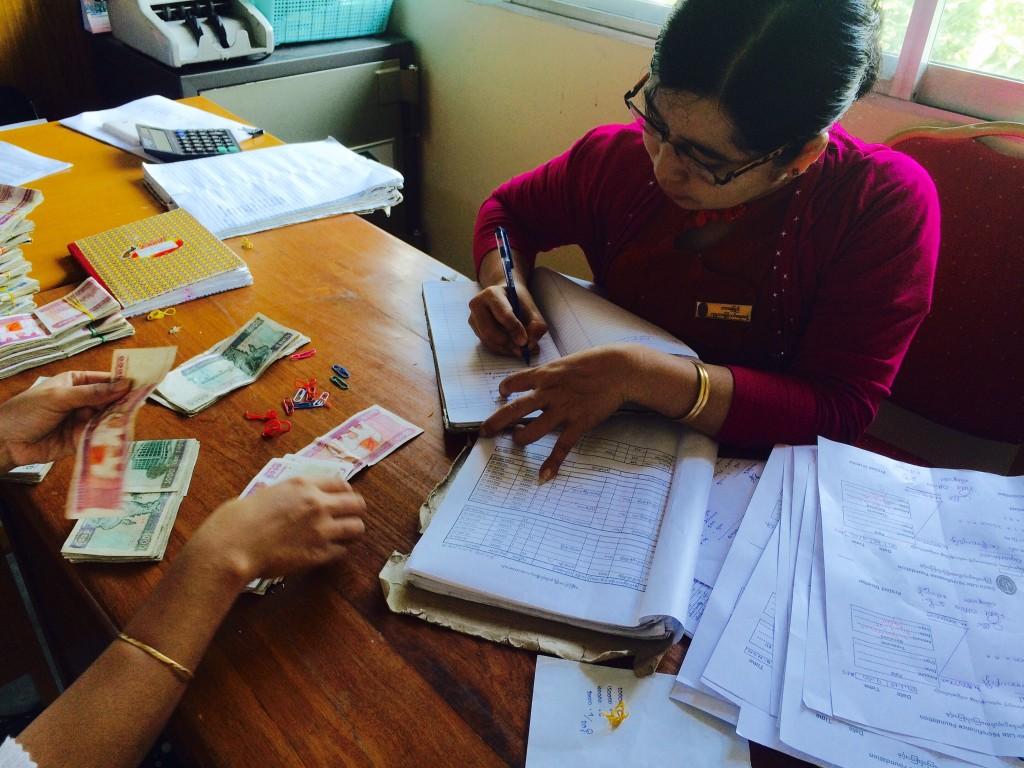 紙帳簿で数万件の融資返済、貯金、顧客情報を毎日管理