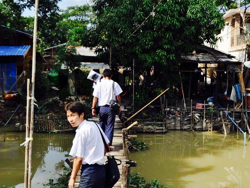 ミャンマー人社員とマイクロファイナンス業務に密着