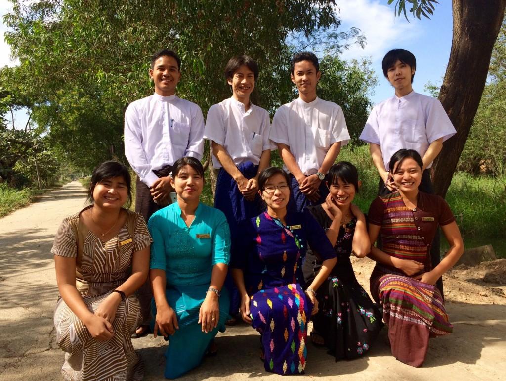 リンクルージョン社員(後列)と提携NGOの管理職