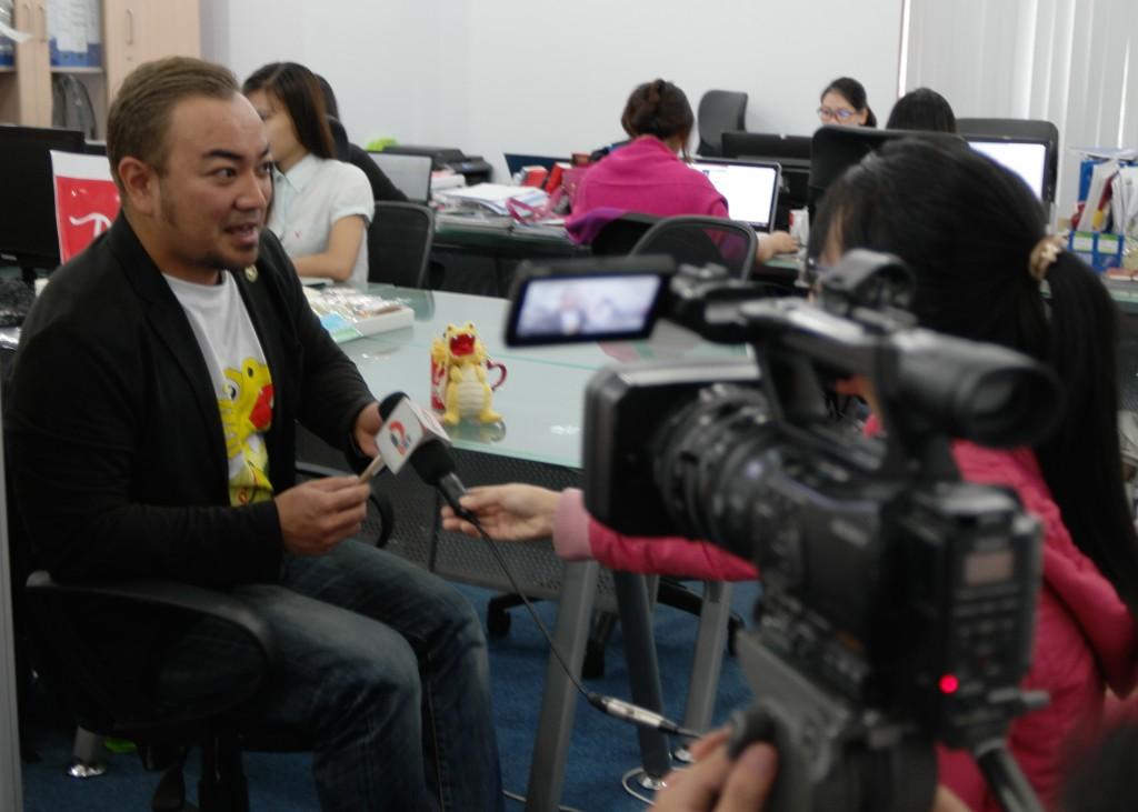 お土産事業について、ベトナム国営テレビのインタビューを受ける同氏