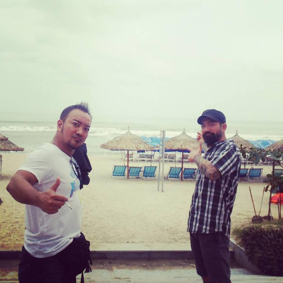ハワイアン料理店を営む同氏の兄と、ダナンのビーチにて