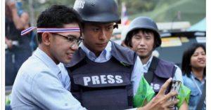 「イケメン!!」と話題。政治混乱の中、タイ人女性のハートを掴んだのは日本人レポーター